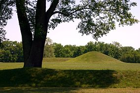 Hopewell culture nhp mounds chillicothe ohio 2006.jpg